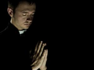praying_priest_440